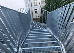 Metallstiegenkonstruktion samt Geländer