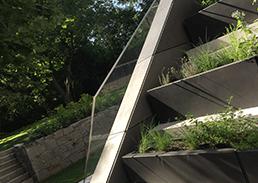 Glasgeländer mit ungewöhnlicher geometrischer Form