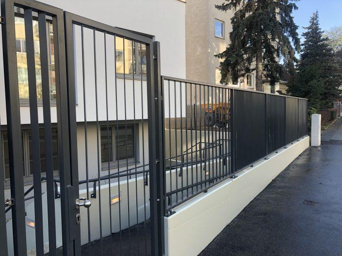 Zaun mit einer Toranlage