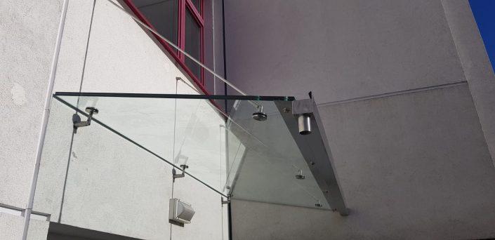 Glasvordach mit einer eleganten Aufhängung